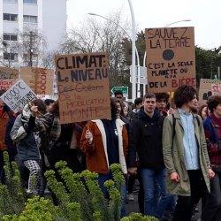 image d'un cortège de jeune lycéens de saint nazaire lors de la marche pour le climat 2019